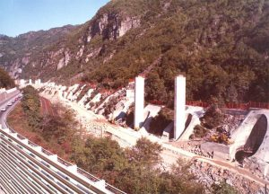 Piers casting - 30 to 55 m high piers built using climbing falsework in special footing houses used to stabilize the surrounding terrain