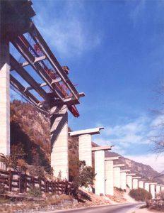 Posa travi - Vista dal basso della posa delle quattro travi per ogni campata del viadotto