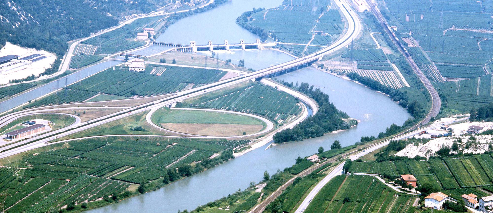 Autostrada del Brennero presso Ala - Vista aerea del ponte a struttura snella presso la chiusa sull'Adige, uno dei 14 ponti sul fiume tra Bolzano e Trento.