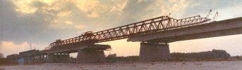 Ponte di lancio  - Struttura costituita da travi Gerber precompresse e pile in cemento armato. Vista del sistema per la realizzione e varo delle travi prefabbricate sul posto.
