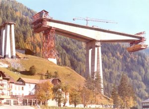 Middle view - Parallel construction of one of the double cantilevered beams 166 m long