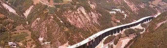Una valle stretta - Il viadotto costeggia morbidamente il versante della valle